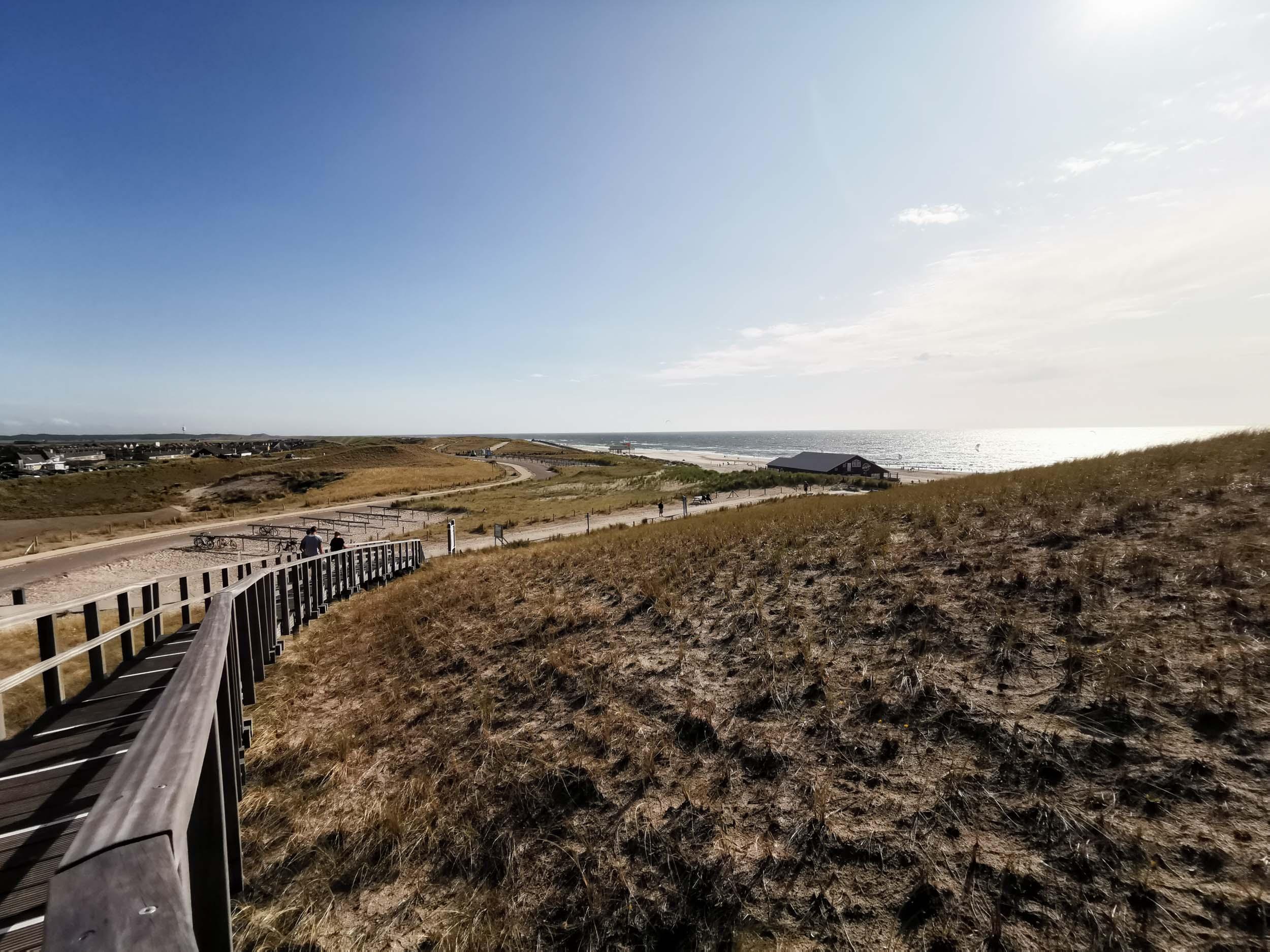 Blick von der Aussichtsdüne in Petten auf Strandpavillon Zee & Zo!
