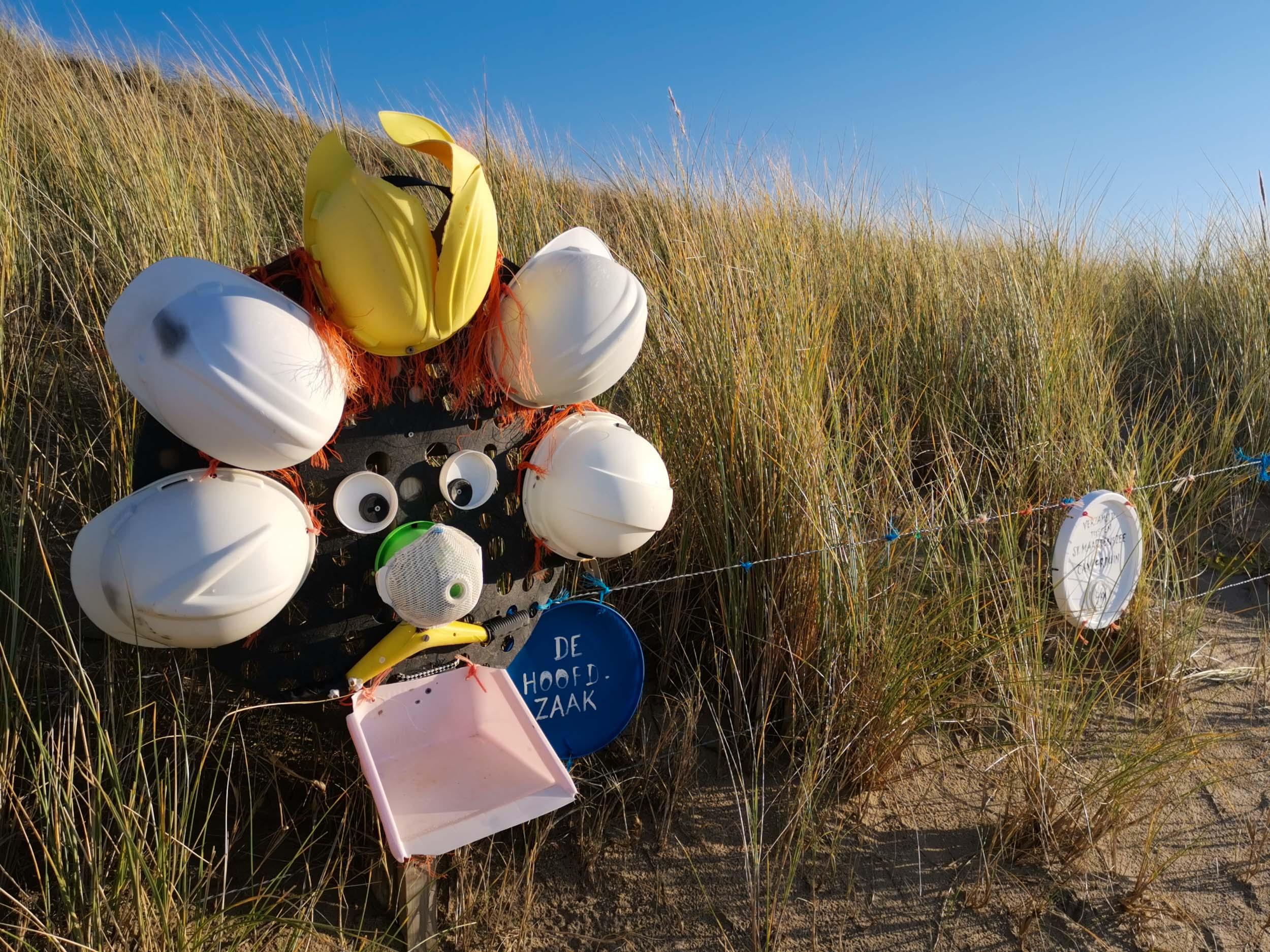 Skulptur aus Strandfunden - Wall of shame