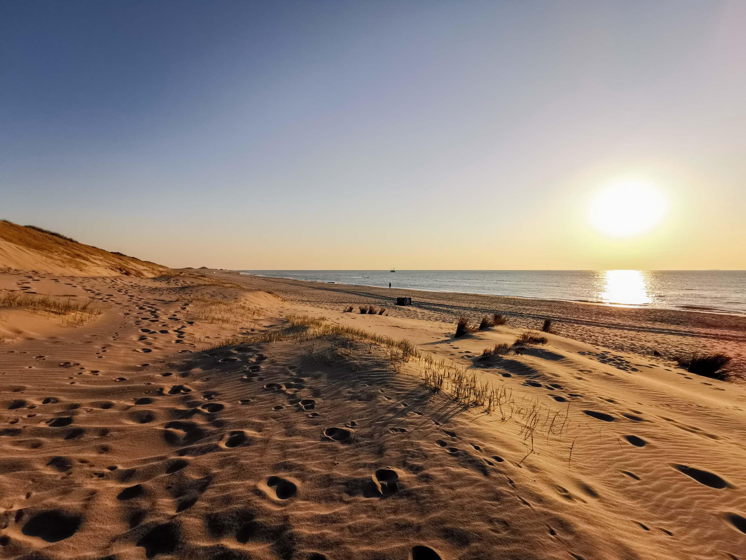 Abends werden die Schatten länger und die färben wärmer am Strand